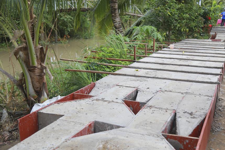 Nhân dân hai xã Vĩnh Trạch và Vĩnh Chánh (huyện Thoại Sơn) sau khi nhận được tin Quỹ Hy vọng sẽ tài trợ 50% kinh phí xây cầu đã gom góp và tiến hành đúc trụ cầu với mong muốn hoàn thành việc xây dựng trong thời gian 1 tháng sau khi khởi công.