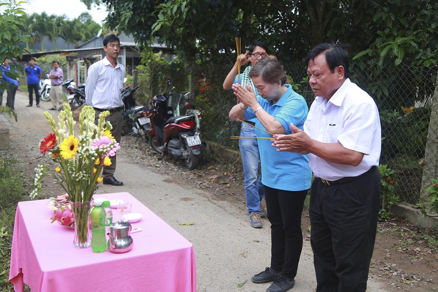 Chị Trương Thanh Thanh cùng ông Lê Minh Thảo - Chủ tịch UNND xã Vĩnh Trạch thực hiện nghi thức động thổ khởi công xây dựng hai cây cầu có tổng kinh phí khoảng 700 triệu đồng.