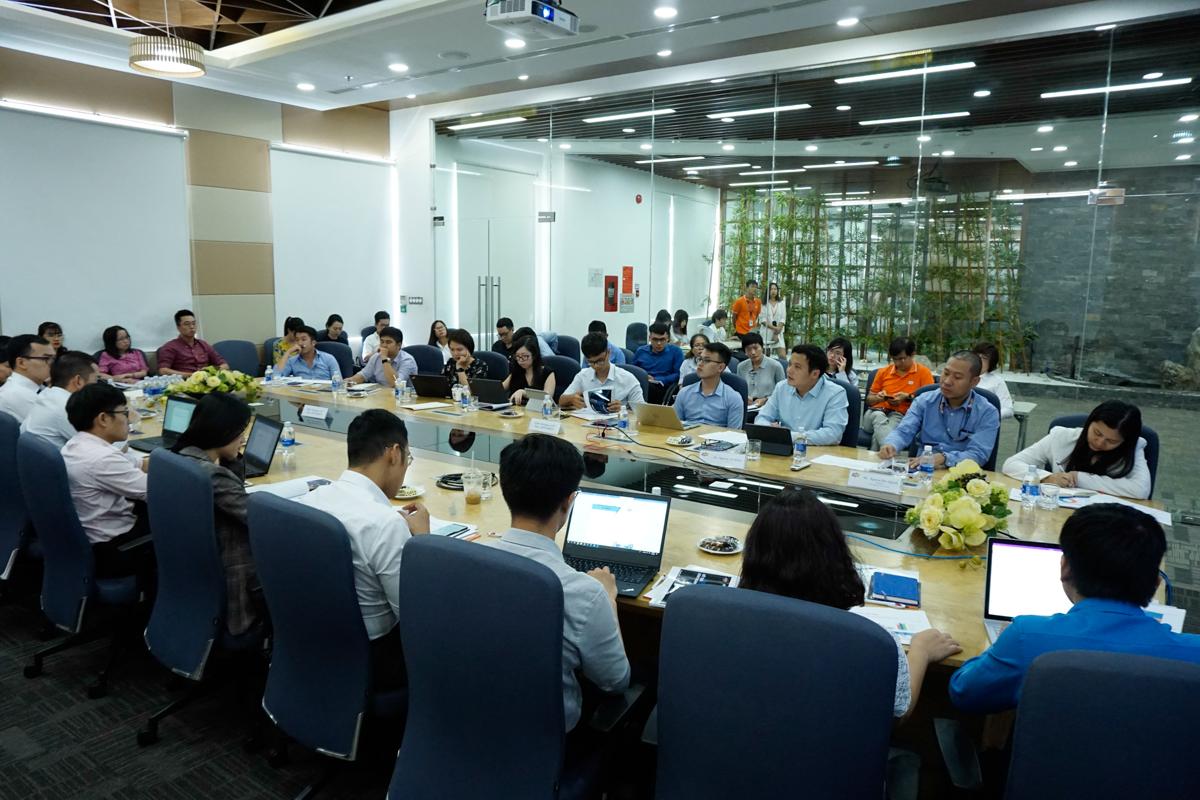 Chiều 6/8, FPT tổ chức gặp gỡ nhà đầu tư 2 miền qua hình thức họp trực tuyến kết nối hai đầu Hà Nội (Làng phần mềm F-Ville, khu công nghệ cao Hòa Lạc) và TP HCM (toà nhà F-Town, khu công nghệ cao Sài Gòn). Sự kiện đã trở thành thông lệ mỗi quý. Trong lần gặp gỡ này, Ban lãnh đạo FPT đối thoại trực tiếp với nhà đầu tư, mang đến cái nhìn toàn cảnh về kết quả kinh doanh 6 tháng đầu năm và định hướng của FPT cho thời gian tới, nhất là định hướng chuyển đổi số.