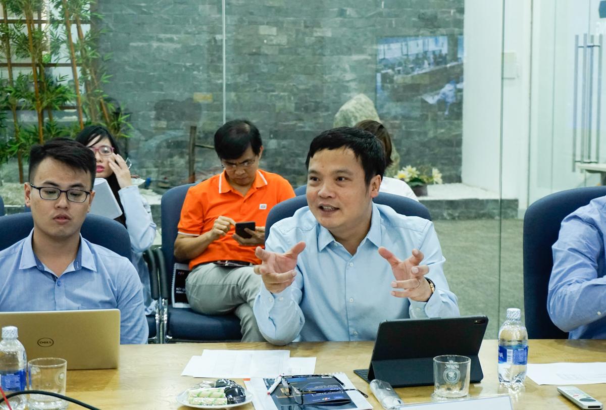 """Phát biểu tại buổi gặp gỡ, TGĐ FPT Nguyễn Văn Khoa nhấn mạnh mục tiêu của FPT trong vòng 5 năm tới là lọt Top 100 các công ty có năng lực tư vấn về chuyển đổi số, sánh vai các 'ông lớn' như Accenture, Deloitte DX… """"Chuyển đổi số sẽ đóng góp phần lớn cho kết quả kinh doanh của FPT"""", anh khẳng định và dẫn chứng tốc độ tăng trưởng của thị trường chuyển đổi số toàn cầu khoảng 16,5%/năm. Tăng cường đào tạo nhân lực và tiếp tục M&A là những hướng đi quan trọng của FPT thời gian tới. CEO FPT cũng thông tin tới các nhà đầu tư về phương pháp luận chuyển đổi số, mô hình quản trị theo OKR và việc nâng cao kỷ luật ở FPT."""