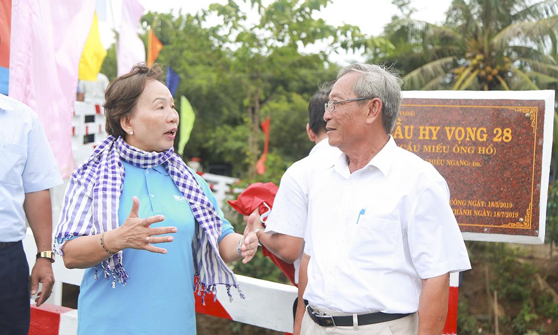 Chị Trương Thanh Thanh đã ủng hộ với đề xuất của chú Nguyễn Văn Tri trong việc hỗ trợ 50% chi phí xây dựng cây cầu Hy Vọng tiếp theo ở xã Mỹ Hòa Hưng.