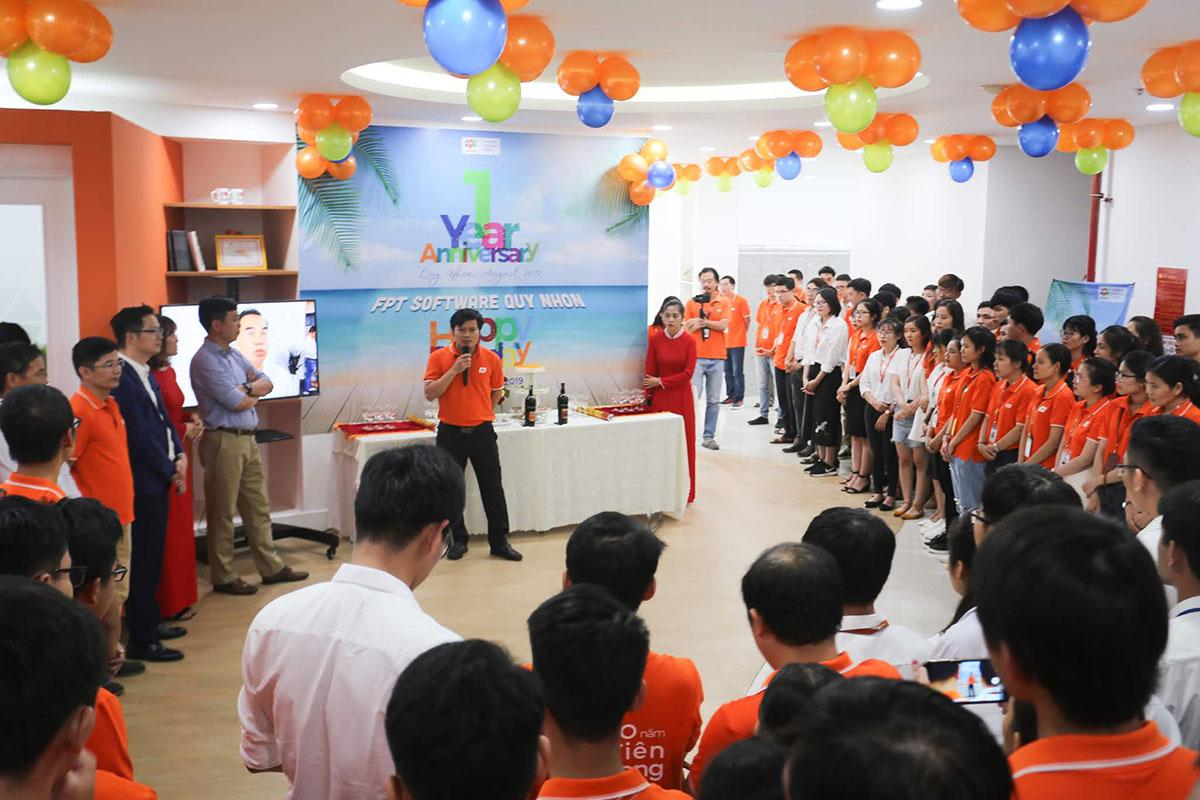 Anh Vũ Văn Đông, GĐ FPT Software Quy Nhơn, điểm lại một số dấu mốc quan trọng của đơn vị. Điển hình, từ cuối tháng 6, 200 CBNV FPT Software Quy Nhơn đã chuyển về trụ sở mới tại tầng 7, An Phú Thịnh Plaza, 51A Tăng Bạt Hổ, phường Lê Lợi, tỉnh Bình Định. Trụ sở mới đáp ứng với tăng trưởng quy mô nhân sự và môi trường làm việc hiện đại nhất. Anh cũng cho rằng mục tiêu kết thúc năm 2019 với quy mô 500 người và 1.000 người trong năm 2021 là hoàn toàn có thể.