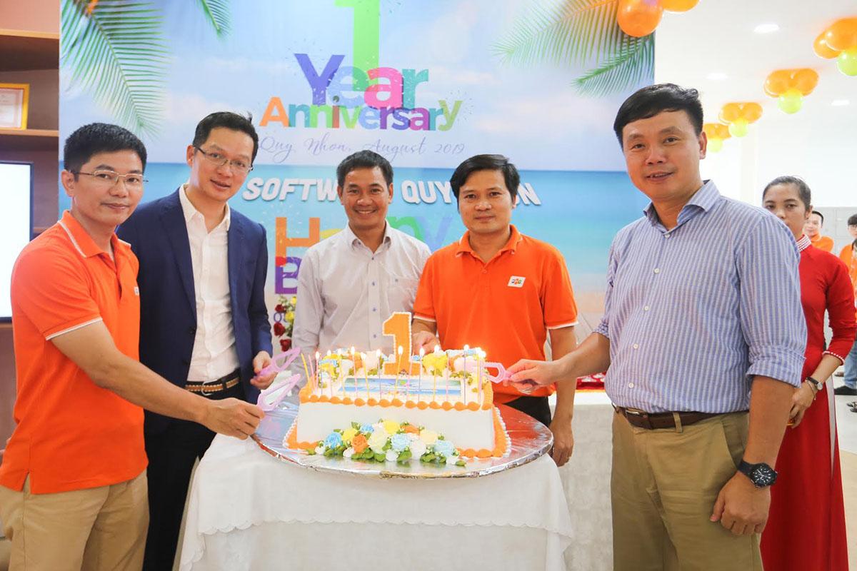 Tại khoang chính của văn phòng, lãnh đạo tham gia thổi nến và cắt bánh sinh nhật. CEO FPT Software Phạm Minh Tuấn chúc cho Quy Nhơn sớm đạt được các mục tiêu Leng Keng để vươn lên một đẳng cấp mới.