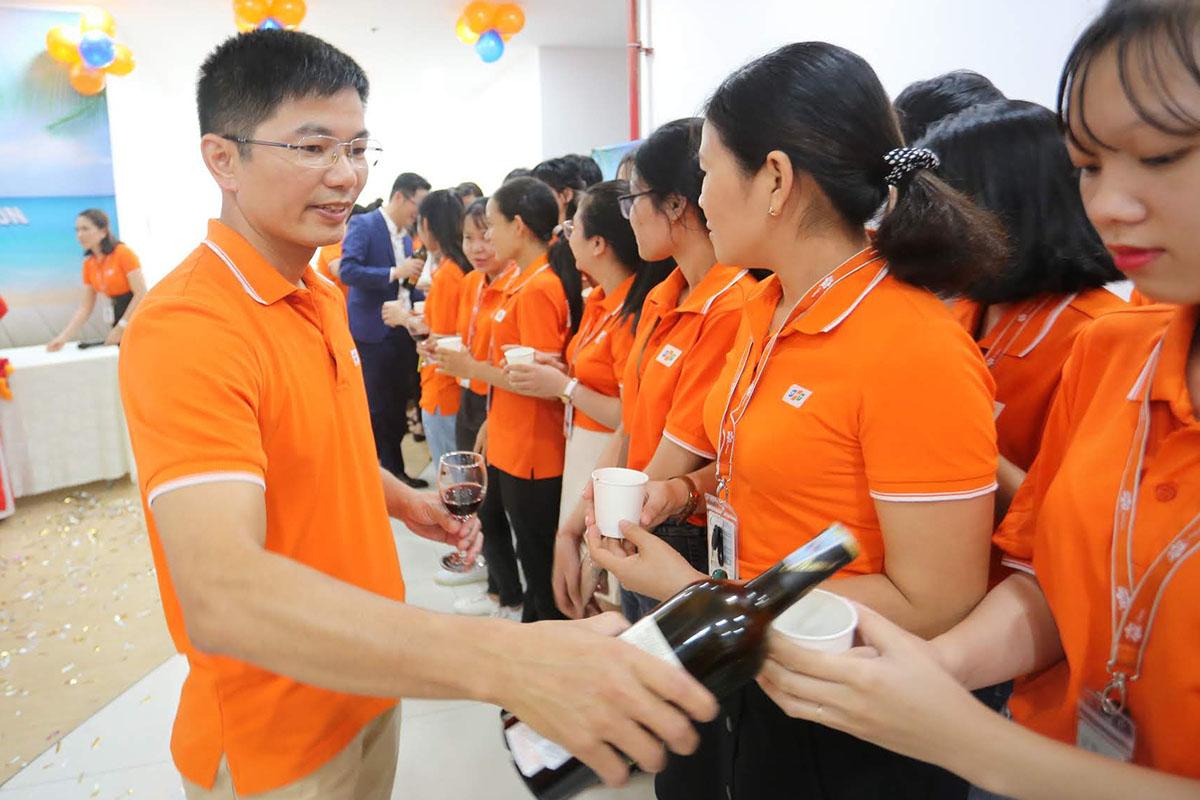 GĐ FPT DPS (Công ty Dịch vụ số, thuộc FPT Software) Đỗ Văn Khắc cùng các lãnh đạo bật sâm banh và nâng ly chúc mừng CBNV tròn một năm đồng hành với Quy Nhơn.