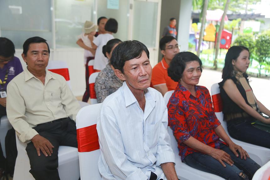 Gia đình anh Lê Thanh Tuấn (đơn vị EBS) gồm ba mẹ, cậu mợ và em gái đã cùng có mặt để chia vui với anh.