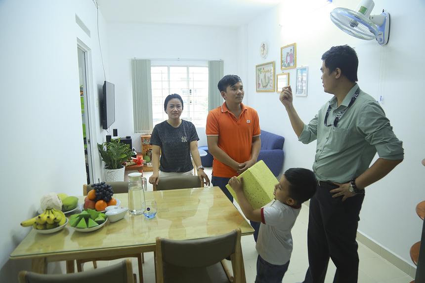 Ban lãnh đạo FPT Software đã đến thăm từng gia đình CBNV trong chung cư E-Home 2 và hỏi thăm tình hình an cư, thích nghi với nơi ở mới.