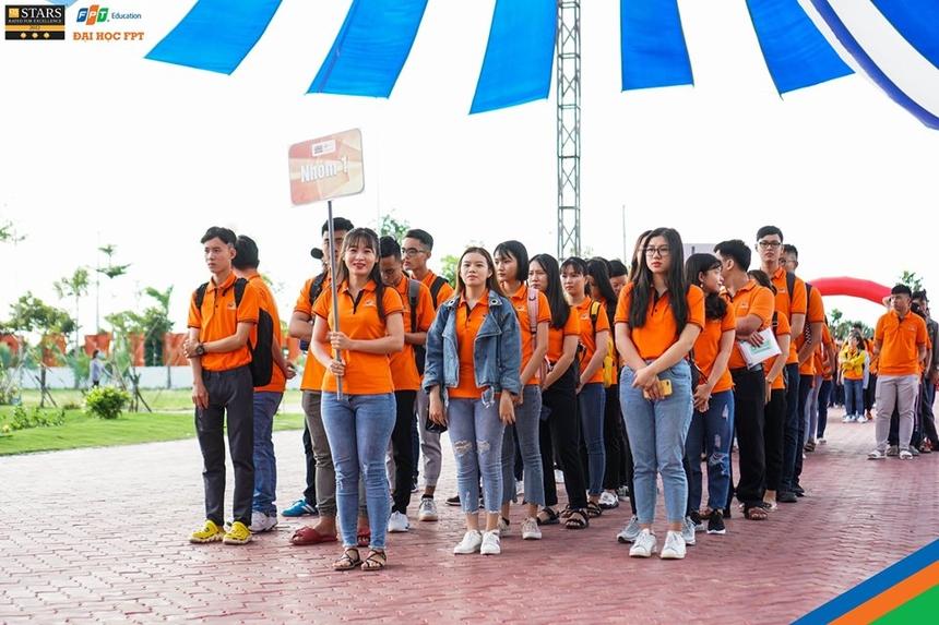 Từ sáng sớm ngày 9/8, gần 700 tân sinh viên K15 ĐH FPT Cần Thơ đã tề tựu đầy đủ về khuôn viên trường để chuẩn bị tham gia Tuần lễ định hướng (Orientation Week 2019). Đâylà tuần lễ trang bị hành trang kiến thức, kỹ năng quan trọng, giúp các tân sinh viên sớm hòa nhập với môi trường ĐH FPT.