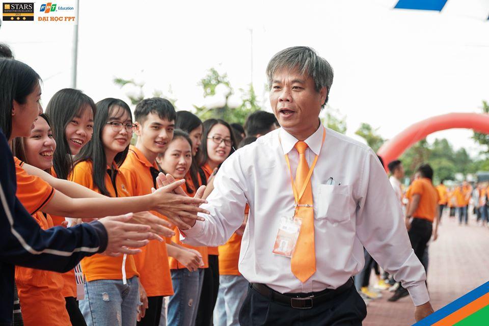 Thầy Huỳnh Văn Bảy - Trưởng phòng Đào tạo ĐH FPT Cần Thơ cũng hòa vào không khí rộn ràng của các tân sinh viên. Thầy cho biết năm nay trường tuyển sinh 1.301 chỉ tiêu và hiện đã hoàn thành hơn một nửa mục tiêu. Ngoài ra, trường cũng mở thêm ngành mới là: Ngôn ngữ học và văn hóa Hàn Quốc.
