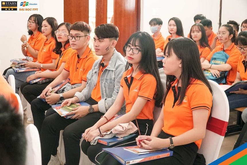 Các sinh viên K15 sẽ có cơ hội nhận 500 suất học bổng Nguyễn Văn Đạo của nhà trường dành cho những tân sinh viên xuất sắc với mục đích khuyến khích và bồi dưỡng nhân tài. Con số này đã tăng thêm 100 suất so với năm 2018 (400 học bổng).