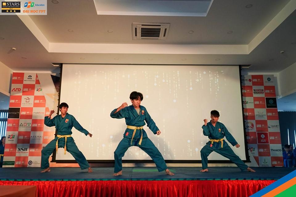 Tiết mục đồng diễn Vovinam của các sinh viên khóa trước giúp những tân sinh viên tiếp cận với bộ môn võ thuật sắp được học tập tại trường. ĐH FPT là trường đại học đầu tiên của Việt Nam đưa bộ môn Vovinam vào chương trình giáo dục thể chất chính thức bắt buộc cho tất cả sinh viên, đồng thời cũng là võ đường Vovinam lớn nhất cả nước.