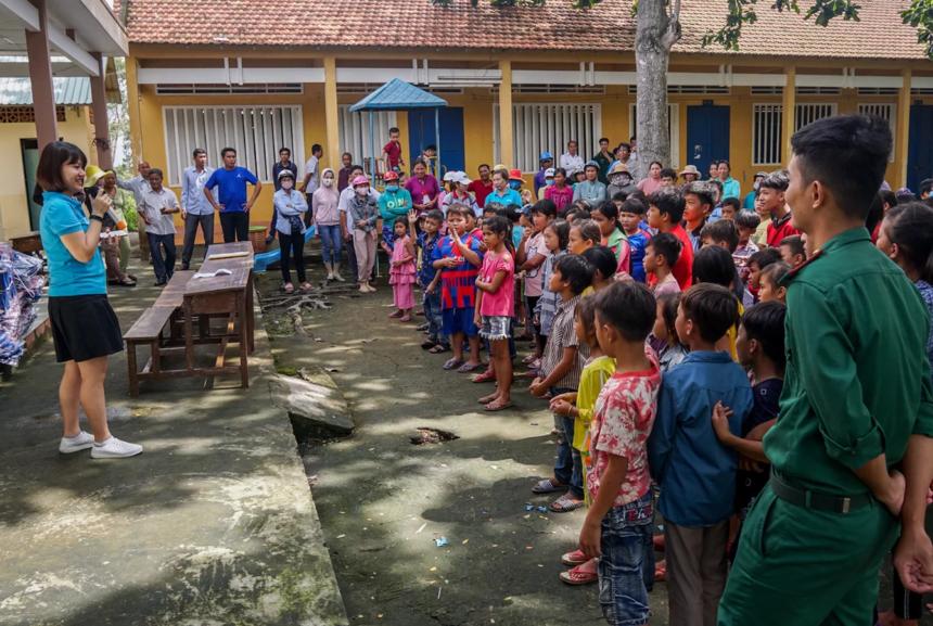 Từ sáng, hàng trăm học sinh đã có mặt tại sân trường Tiểu học Tuyên Bình, giao lưu với các thành viên của Quỹ Hy vọng.