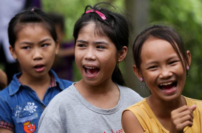 Các em học sinh vui chơi, ca hát cùng các thành viên báo VnExpress. Ông Huỳnh Thành Được (Phó chủ tịch UBND xã Tuyên Bình) cho biết, phần lớn bà con trong vùng là hộ nghèo, chỉ trồng lúa hoặc đi làm thuê. Ngoài ra còn có một xóm với hơn 30 gia đình người Việt không có giấy tờ, quốc tịch từ Campuchia về sinh sống. Trẻ trong xóm học lớp tình thương buổi tối, ban ngày bán vé số, cắt lục bình...