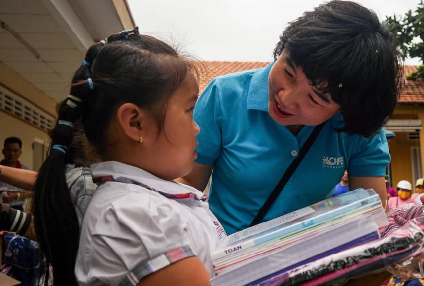Mỗi học sinh nhận một suất quà, gồm sách giáo khoa, vở, cặp sách, đồng phục... để chuẩn bị cho năm học mới 2019-2020.