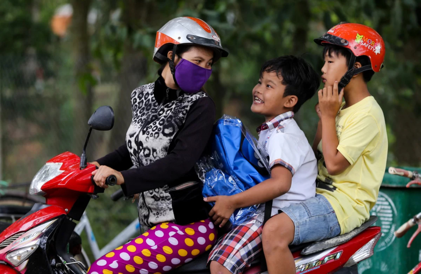 Một cậu bé tươi cười theo mẹ về nhà với phần quà tặng. Từ đầu năm 2019, Quỹ Hy Vọng đã phối hợp với Trung tâm bảo trợ trẻ em Codes trao 120 góc học tập gồm bàn học, đèn học, bút, khung ảnh cho những em nhỏ khó khăn ở TP Huế (tỉnh Thừa Thiên Huế).