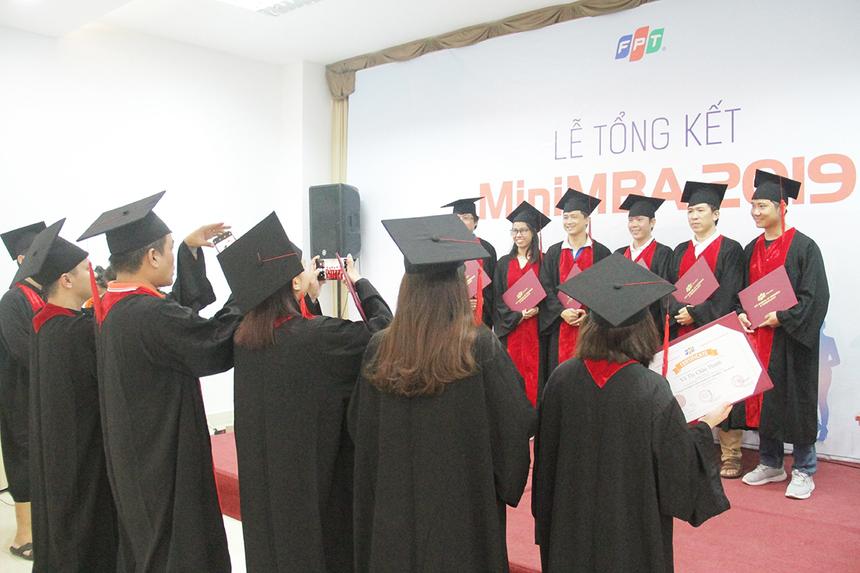 Chiều ngày 10/8, lễ tổng kết chương trình đào tạo MiniMBA khu vực miền Trung đã được trường Đào tạo Cán bộ FPT (FCU) phối hợp với Viện Quản trị kinh doanh FPT (FSB) tổ chức tại khu du lịch Tiên Sa, TP Đà Nẵng. Không khí trước khi buổi lễ bắt đầu diễn ra náo nhiệt, các học viên cùng nhau chụp ảnh, ghi lại khoảnh khắc đáng nhớ sau những ngày gắn bó.