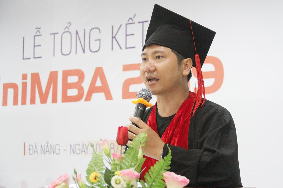 Học viên Nguyễn Đình An, FPT Polytechnic, đảm nhiệm vai trò người dẫn chương trình. Bằng sự hài hước và thông minh, anh thường xuyên tạo ra những điều bất ngờ trong suốt chương trình tổng kết. Vai trò làm công tác tuyển sinh nên lịch công tác của anh rất nhiều. Do đó, được cầm trên tay chứng chỉ hoàn thành khóa đào tạo là cả quá trình nỗ lực không ngừng nghỉ đối với anh.