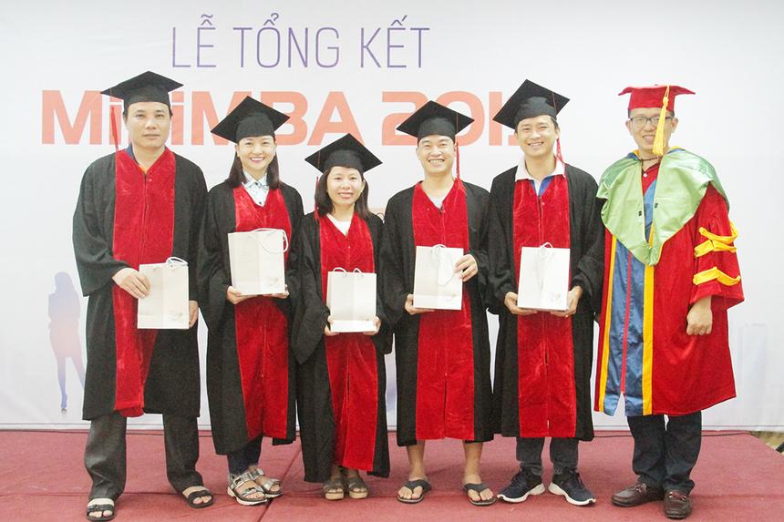 Trải qua hai năm, các học viên tại miền Trung đã hoàn thành tổng cộng 17 môn học. Giảng viên xuất sắc nhất của hai năm lần lượt là anh Hoàng Nam Tiến, Chủ tịch FPT Software, và anh Nguyễn Văn Khoa, CEO FPT. Danh hiệu Ong vàngMiniMBA thuộc về chị Võ Thị Châu Thanh (FPT Software), anh Nguyễn Văn Tâm (Synnex FPT) và anh Trần Lê Anh Minh (BTEC FPT). Học viên đạt điểm số cao nhất thuộc về chị Nguyễn Trương Bảo Quyên (Synnex FPT). Anh Trần Đức Tiến (FPT Telecom) xuất sắc đạt danh hiệu Siêu sao khóa học.