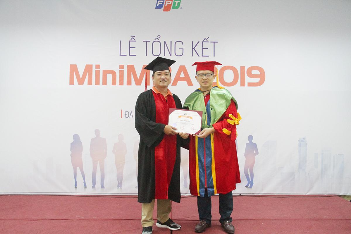 Đại diện trường Đào tạo Cán bộ FPT (FCU), TS. Hoàng Việt Hà, Giám đốc các dự án Đại học quốc tế của FPT, trao bằng chứng nhận tốt nghiệp cho 26 học viên. Học viên Đặng Nhật Duy (Synnex FPT) cho biết đằng sau bằng chứng nhận là cả một quá trình nỗ lực, phấn đấu, rèn luyện của các thành viên. Trong quá trình học, các học viên thường xuyên trao đổi và hỗ trợ nhau để hoàn thành chương trình.