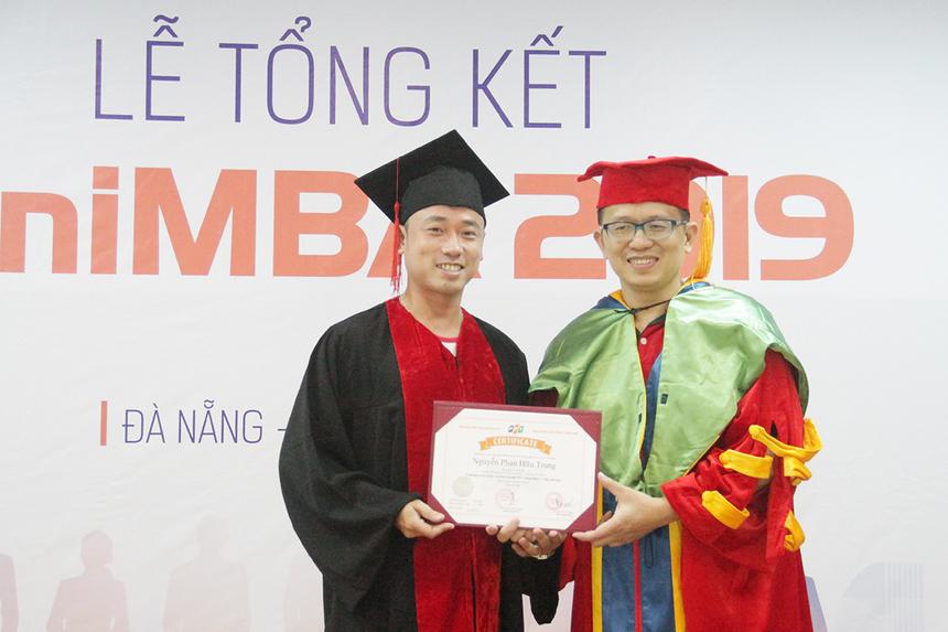 Học viên Nguyễn Phan Hữu Trung (FPT Software) cảm thấy hào hứng khi hoàn thành khóa học MiniMBA. Anh khẳng định khóa học đã đem lại nhiều kiến thức bổ ích và tạo môi trường tốt để mọi người trao dồi kỹ năng.