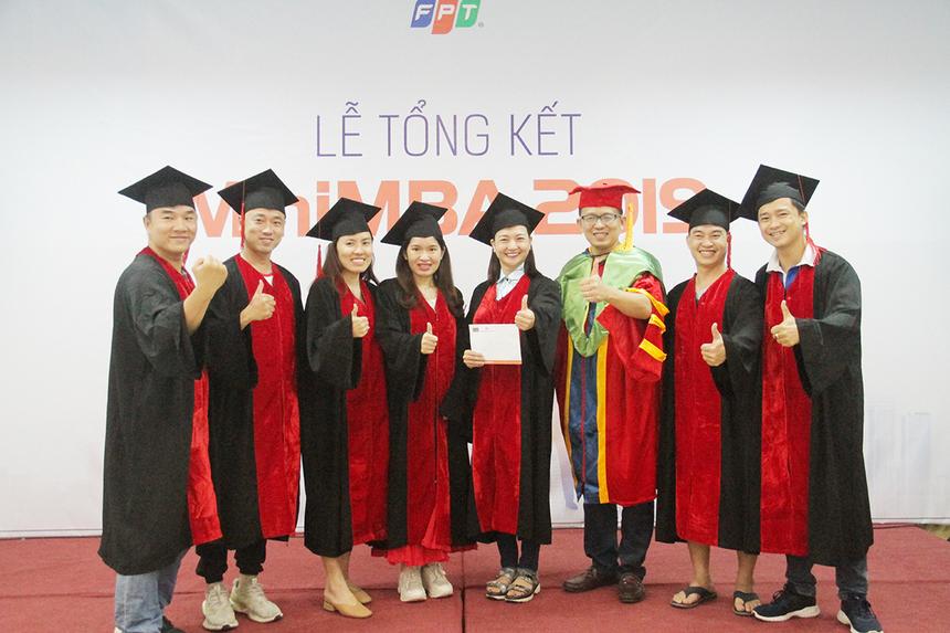 Ban tổ chức còn trao giải Nhất cho hoạt động teambuilding trước đó. Trải qua 4 nội dung tranh tài sôi nổi vfa kịch tính, đội của lớp trưởng Trần Đức Tiến đã giành giải thưởng 1 triệu đồng.