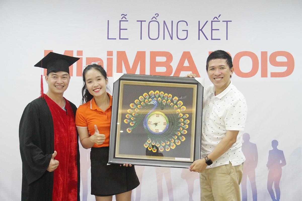 Anh Tiến cùng học viên Nguyễn Duy Nghiêm (ĐH Greenwich (Việt Nam)), tặng quà lưu niệm và gửi lời cảm ơn đến Ban tổ chức đã đồng hành cũng như hỗ trợ chương trình suốt thời gian dài.
