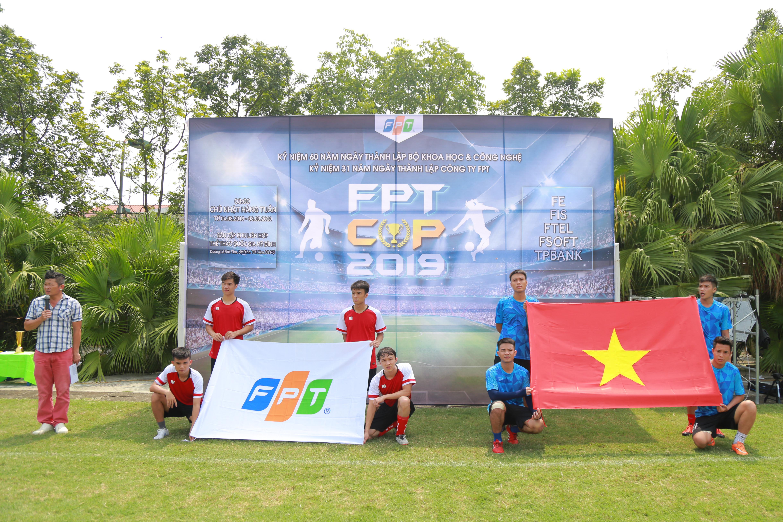 BTC thực hiện nghi thức chào cờ khai mạc giải đấu. Đại diện cầu thủ của đội FPT IS cầm cờ Tổ quốc và đội FPT Software cầm cờ FPT.