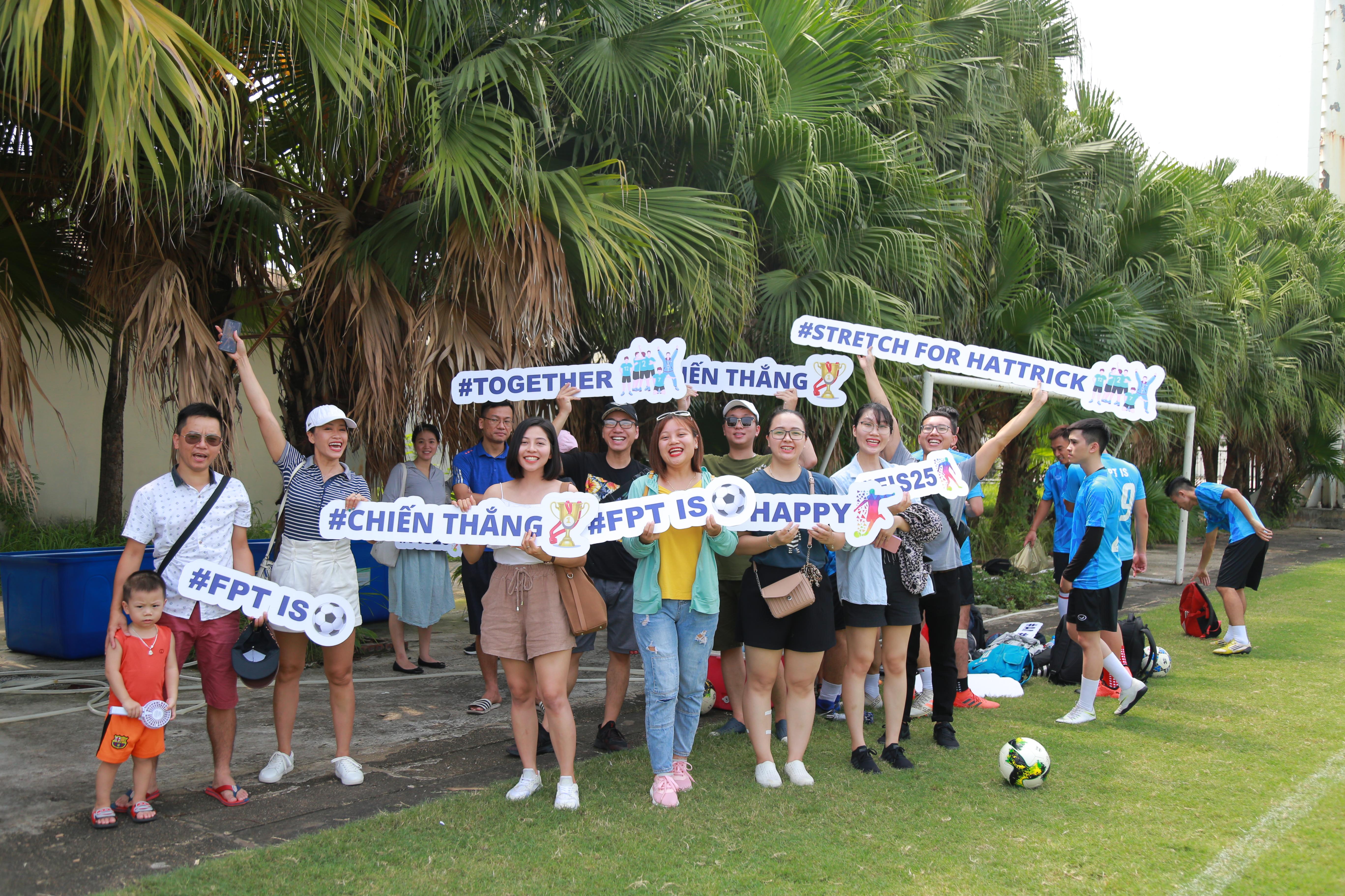Đội cổ vũ mang tính chuyên nghiệp của FPT IS với các câu khẩu hiệu thể hiện tinh thần quyết tâm của nhà Hệ thống trong việc giành chiếc Cup Vô địch FPT Cup 2019, nối tiếp thành công tại FPT Champiom League 2019 và chiến thắng thuyết phục tại giải Futsal FPT 2019. . Đồng hành cùng đội cổ vũ là chị Phùng Thanh Trang, Chánh Văn phòng Đoàn thể FPT IS.