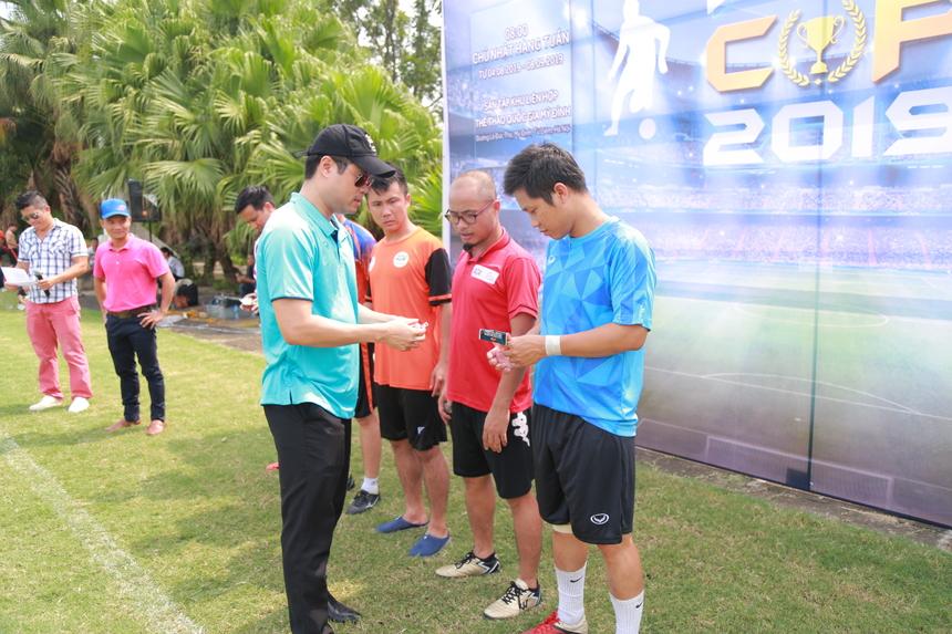 Anh Lê Anh Tuấn (TGĐ khối ngành Toàn cầu hóa FPT IS) trao băng đeo đội trưởng cho các đội tham gia.