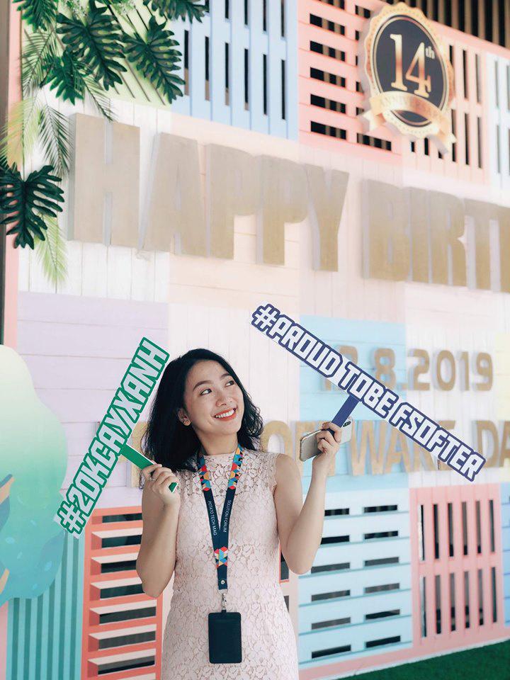 Chị Lê Thị Quỳnh Ngân, bộ phận Tuyển dụng, tạo phong cách rất riêng, cuốn hút người xem. Với Ngân, FPT Software Đà Nẵng là môi trưởng lý tưởng để người trẻ thỏa sức thể hiện đam mê.