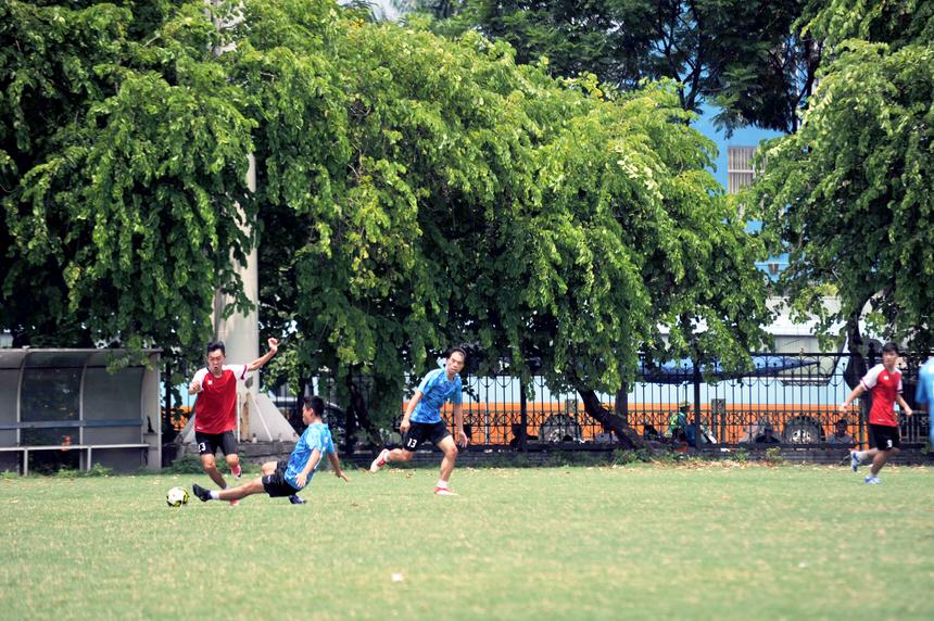 Các cầu thủ đội FPT IS (áo xanh da trời) tích cực cản phá các đường lên bóng của đối phương ngay từ khu vực giữa sân, khiến các cầu thủ FPT Software gặp khó khăn trong việc mở các đường chuyền phát lệnh tấn công.