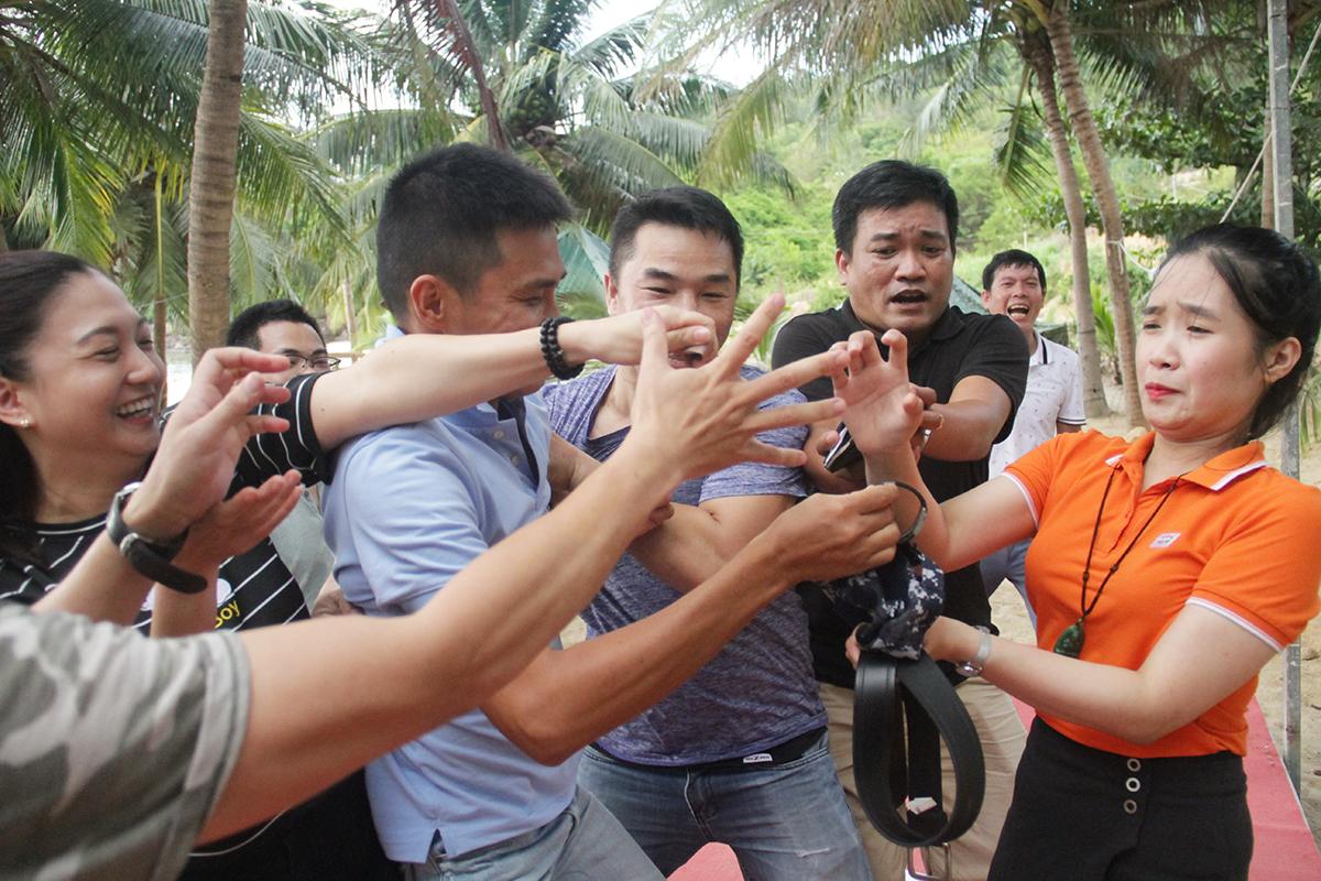 Trọng tài nữ bị thành viên của ba đội bao vây sau nhận hiệu lệnh. Ở nội dung này, đội của học viên Trần Đức Tiến (FPT Telecom) tiếp tục đạt điểm số cao.