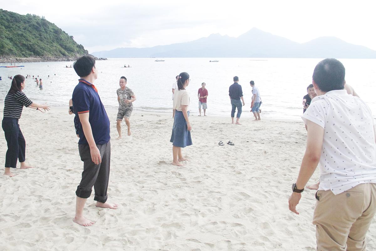 Trò chơi cuối cùng là đổ nước vào chén. Các thành viên đứng thành ba hàng dọc để lấy nước biển đổ vào chén của đội mình. Luật chơi khá đơn giản, mỗi đội được quyền dùng bất kỳ vật dụng nào có trên người để chuyền nước.