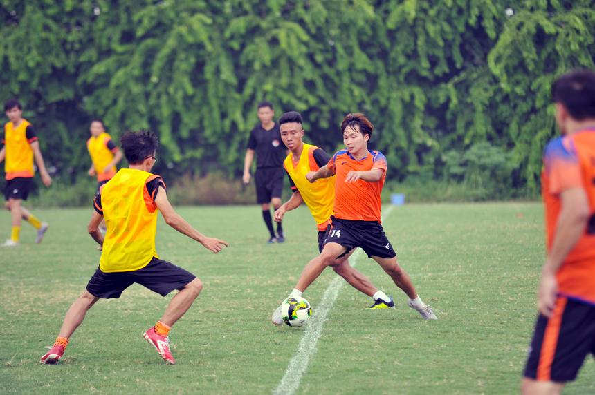 Quyết liệt: Cầu thủ mang số 14 bên đội FPT Education (áo cam) đang căng mình đi bóng qua hàng trung vệ đối phương trong trận mở màn của giải đấu FPT Cup 2019. Trận đấu giữa FPT Education (áo cam) và FPT Telecom (áo tập vàng) diễn ra với nhiều tình huống tranh chấp bóng quyết liệt ở khu vực giữa sân. Đội hình của nhà Giáo dục đa số là các cầu thủ trẻ nên có sức rướn và khả năng bứt tốc tốt hơn dàn cầu thủ giàu kinh nghiệm thi đấu của nhà 'Cáo'.