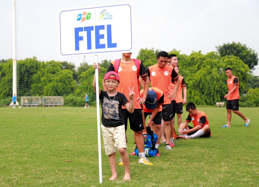 FPT Small: Sự hiện diện của cầu thủ nhí trên sân, giữ bảng tên đội bóng đã tạo nên sự đặc biệt của đội FPT Telecom, dường như truyền tải thông điệp: Bóng đá sẽ cùng các FPT Small của nhà 'Cáo' tạo nên sự khác biệt, làm nên những điều kỳ diệu.