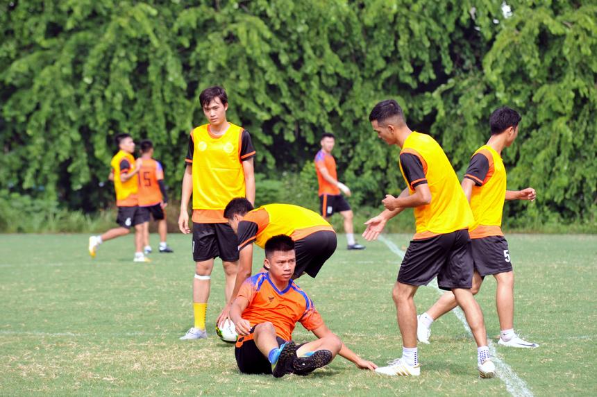 Fairplay: Cầu thủ vừa phạm lỗi (áo vàng tập) của đội FPT Telecom đã chủ động quay lại bắt tay cầu thủ FPT Education (áo cam) để giải hòa, thể hiện tinh thần fairplay (chơi đẹp) của giải đấu.