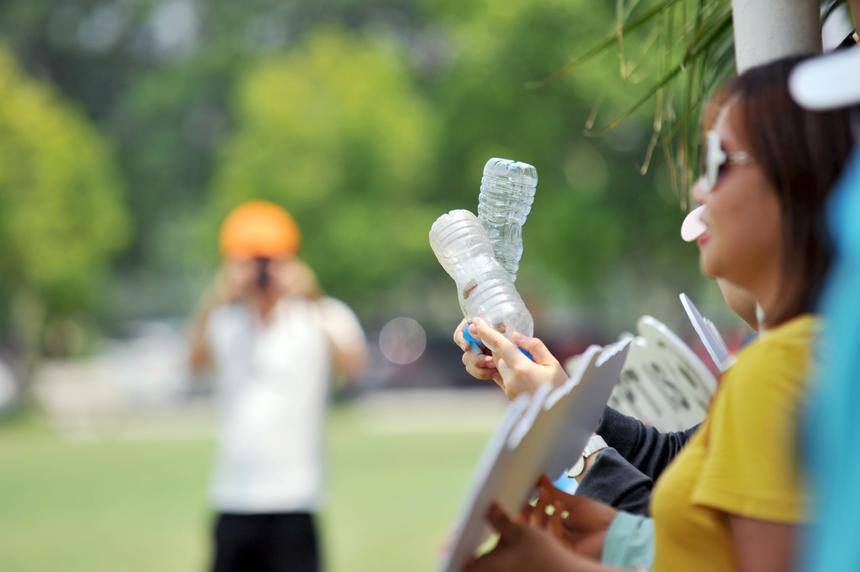 Tận dụng: Chai nước uống sau khi dùng đã được các cổ động viên đội FPT IS tận dụng làm dụng cụ cổ vũ cho các cầu thủ nhà Hệ thống quyết tâm giành chiến thắng.