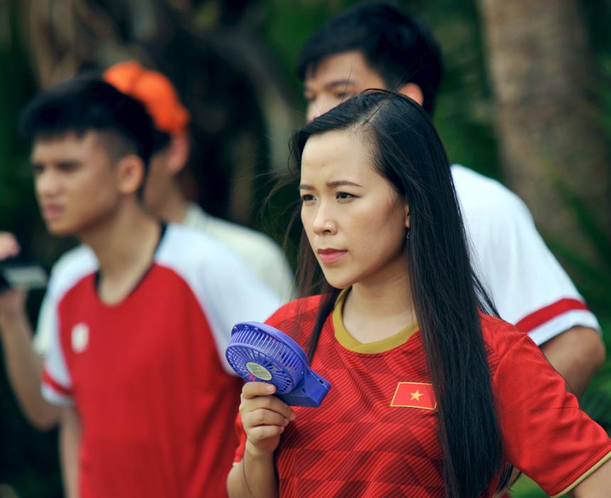 Dễ dàng: Với chiếc quạt mini cầm tay, nữ cổ động viên dễ dàng xua tan cái oi bức của thời tiết. Các bóng hồng đến cổ vũ như tiếp thêm sức mạnh cho các cầu thủ trên sân.