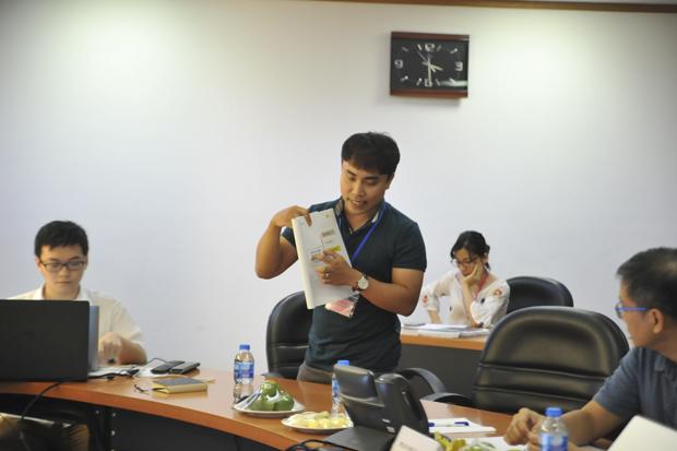 Linh trình bày về dự án dạy văn đa phương tiện tại hội đồng chấm giải iKhiến của tập đoàn. Ảnh: Chúng Ta