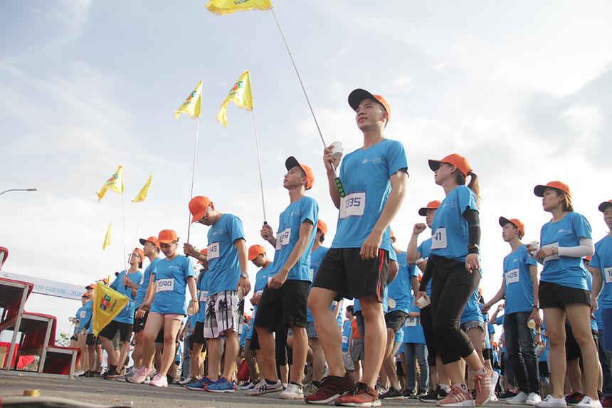 Trước khi xuất phát, các vận động viên khởi động bằng màn thể dục vui nhộn.