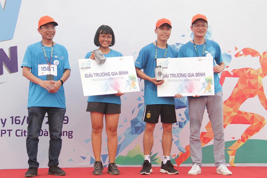 Hai chiếc đồng hồ thể thao Garmin Forerunner 45 do Chủ tịch FPT Trương Gia Bình tài trợ đã thuộc về chị Nguyễn Thị Khánh Ly, bộ phận Truyền thông (đường chạy 3,9km) và anh Vũ Nam Dương, đơn vị R71.