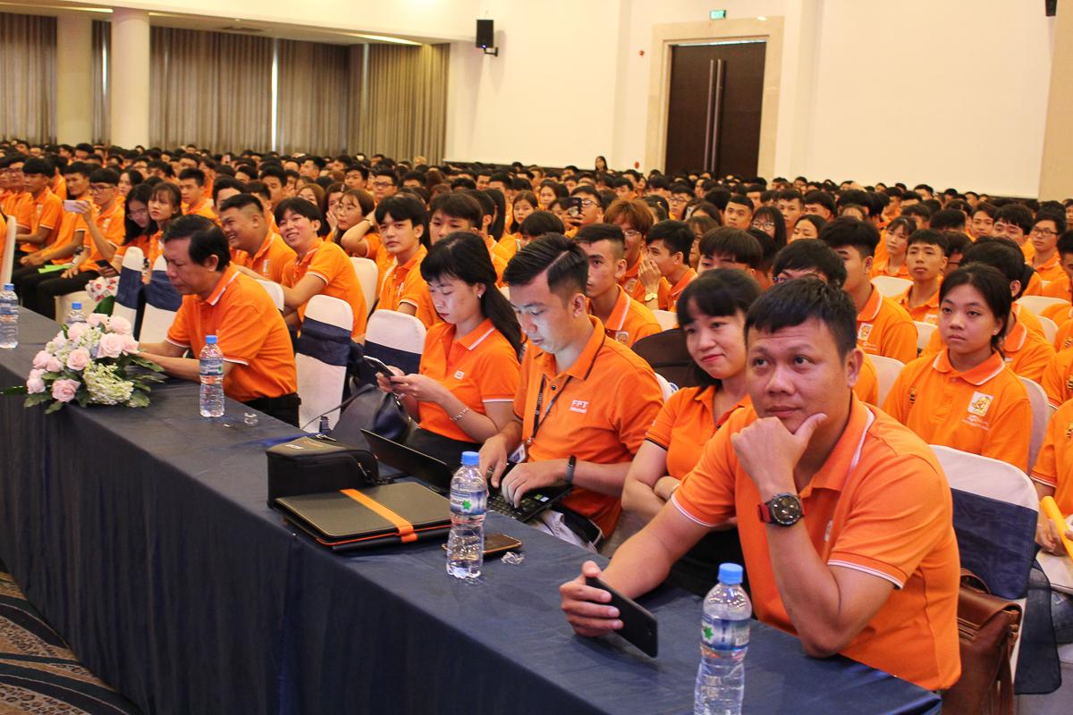 Buổi lễ có sự tham dự của anh Trần Văn Nam - Giám đốc cơ sở FPT Polytechnic TP HCM và Tây Nguyên, anh Lê Thanh Quang - Giám đốc FPT Telecom Sài Gòn 3 và anh Nguyễn Võ Đăng Khoa - Giám đốc FPT Telecom Sài Gòn 4, cùng hàng ngàn tân sinh viên.