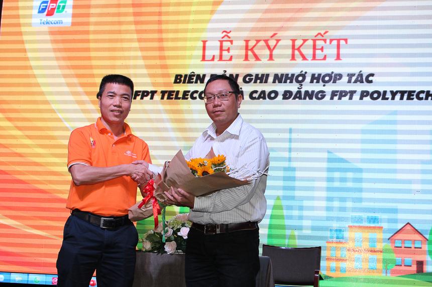 Dịp này, anh Trần Văn Nam đã cùng anh Nguyễn Võ Đăng Khoa ký kết biên bản ghi nhớ hợp tác về việc cung cấp dịch vụ viễn thông cũng như những ưu đãi dành đặc biệt dành riêng cho sinh viên FPT Polytechnic.
