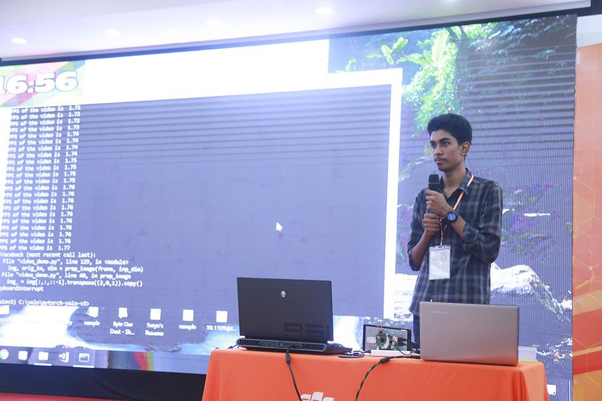 """Ở sản phẩm đầu tiên được tranh tài, hai sinh viên Surya và Sanjana đến từ Đại học kỹ thuật Thiagarajar (Ấn Độ) đã giới thiệu ứng dụng """"Phát hiện người đội mũ bảo hiểm và biển số xe bằng thuật toán Yolo"""". Đây là phần mềm dùng để áp dụng quản lý giao thông bằng cách ứng dụng IoT vào nhận diện khuôn mặt và phương tiện giao thông."""