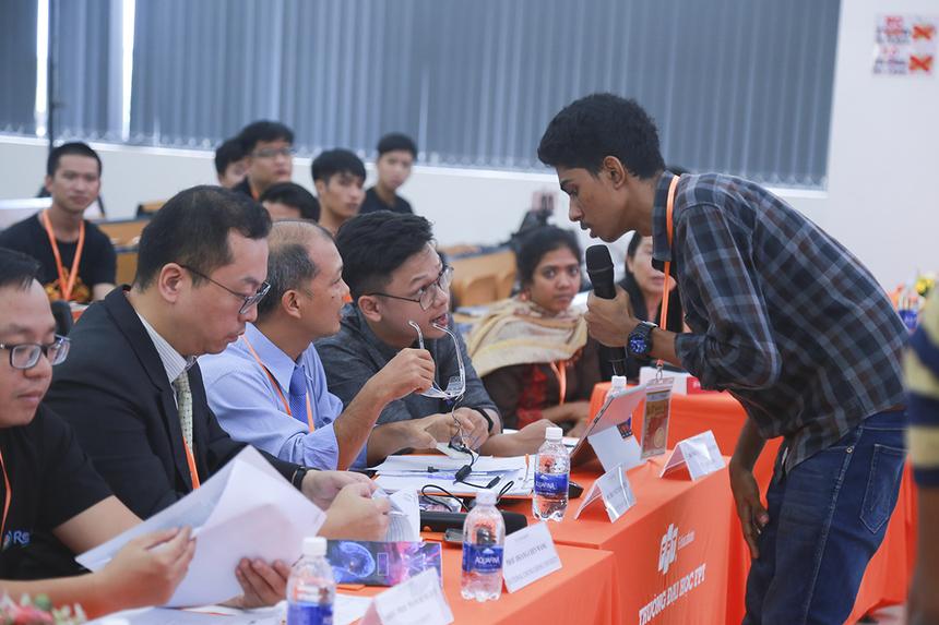 Anh Nguyễn Đinh Mạnh Linh (Ban Công nghệ Tập đoàn FPT) quan tâm đến việc thiết kế chiếc kính (dụng cụ quan sát sử dụng phần mềm Yolo được đề cập trong đề tài).