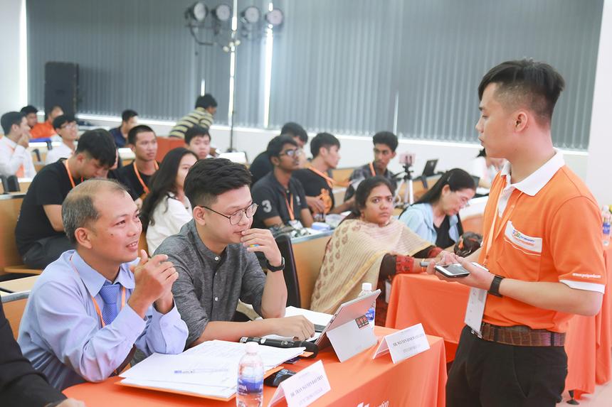 Là nhóm sinh viên đầu tiên của FPT Education dự thi, hai bạn Trần Quốc Tuấn và Nguyễn Ngọc Duy (Cao đẳng Polytechnic Đà Nẵng) đã giới thiệu sản phẩm Home Autimation.