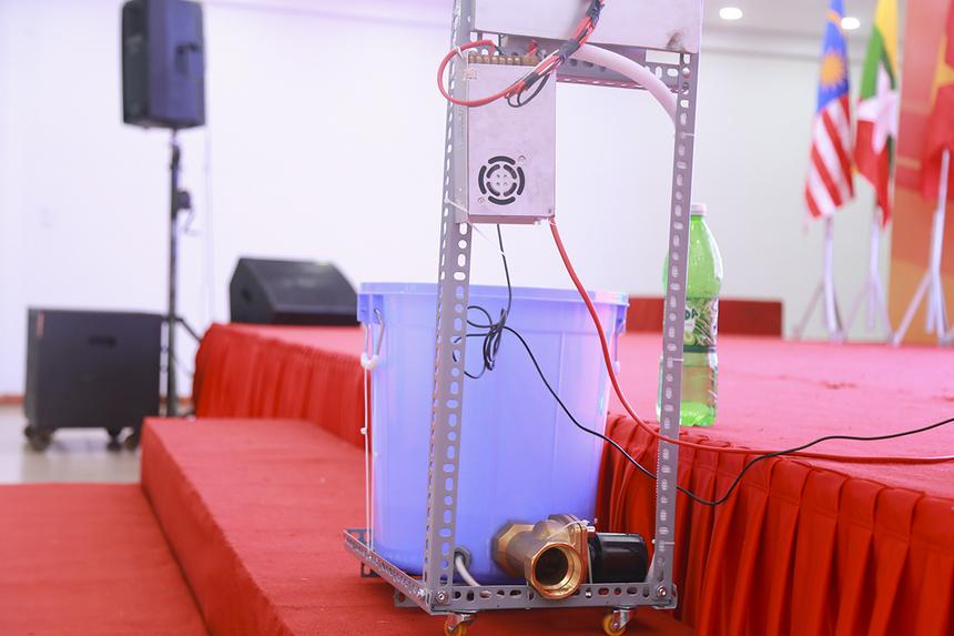 Ban giám khảo cũng đặt ra nhiều vấn đề hóc búa cho nhóm đề tài như: Xác suất phát hiện khi sử dụng vào dụng cụ chứa nước có diện tích lớn, phân loại giữa con người và đồ vật rơi vào, cách thức cảnh báo của thiết bị,...