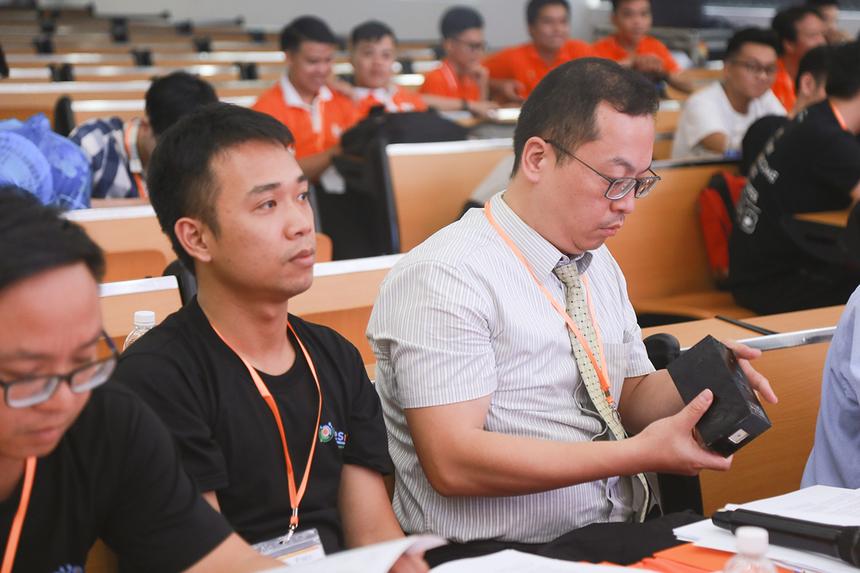 Bạn giám khảo gồm Giáo sư Wang và anh Nguyễn Đinh Mạnh Linh đánh giá khá cao ứng dụng này, đặc biệt là khả năng phát triển đề tài và tính ứng dụng IoT trong mô hình mà nhóm giới thiệu.