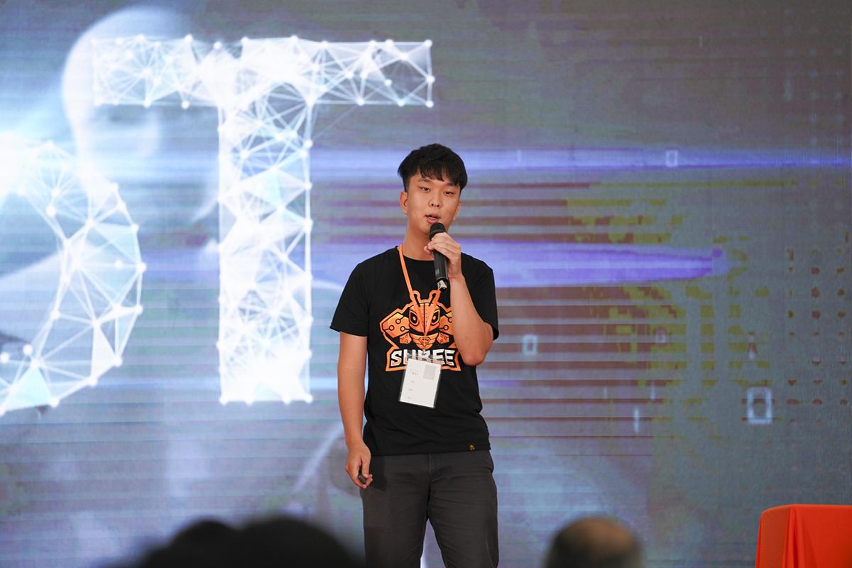 Trong ngày thi thứ hai, cuộc thiIoT Showcase Contest được FPT Education tổ chức tiếp tục với phần trình bày sản phẩm của 5 đội còn lại.Trường học thông minh – Smart School của nhóm SuBee(Cao đẳng FPT Polytechnic TP HCM)là sản phẩm trình bày đầu tiên.