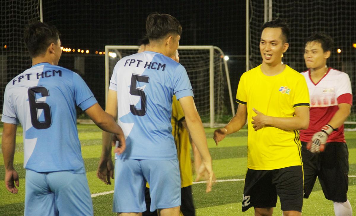 Hai đội bắt tay sau khi kết thúc trận đấu. HLV Minh Đức (FPT Đà Nẵng) cho biết, hai đội không đặt nặng thắng thua, thay vào đó là tinh thần thể thao để tăng cường giao lưu và rèn luyện sức khỏe.