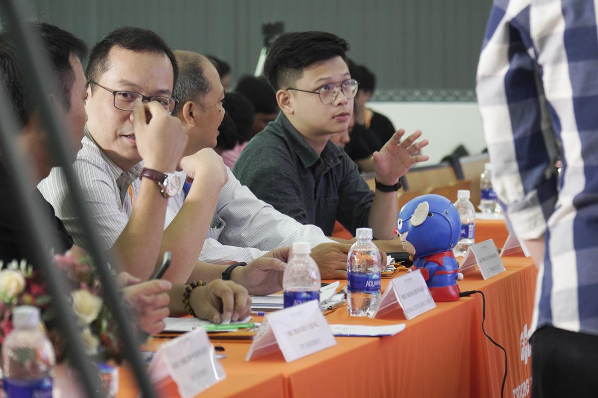 """Theo giám khảo Nguyễn Đình Mạnh Linh (Ban Công nghệ FPT): """"Tiềm năng của ứng dụng này rất lớn và có tính thực tế rất cao. Dù mới sản xuất nhưng nhóm đã có app và bán được sản phẩm. Đây là điều đáng khen ngợi khi mà các bạn vẫn còn là sinh viên""""."""